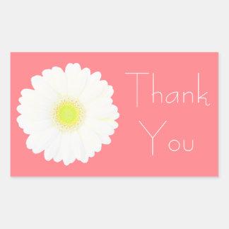 珊瑚のピンクの黄色および白いデイジーは感謝していしています 長方形シール