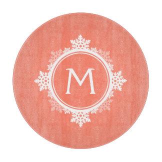 珊瑚のピンク及び白の雪片のリースのモノグラム カッティングボード