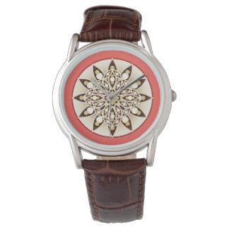 珊瑚のピンク、チョコレートおよび日焼けの曼荼羅パターン 腕時計