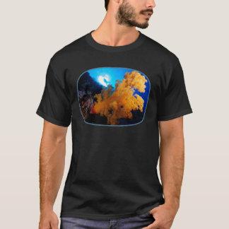 珊瑚の海のダイバーおよび柔らかい珊瑚- Tシャツ