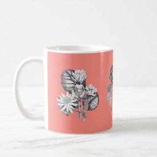 珊瑚の背景のモノクロ花 コーヒーマグカップ