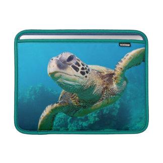 珊瑚礁|Hawaiiに泳いでいる緑のウミガメ MacBook スリーブ