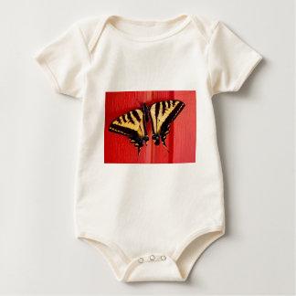 珍しい背景のアゲハチョウの蝶 ベビーボディスーツ