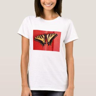 珍しい背景のアゲハチョウの蝶 Tシャツ