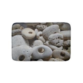 珍しく、ユニークな穴が付いている石 バスマット