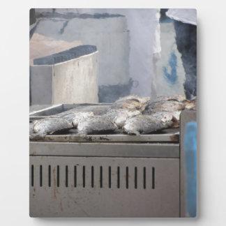 現れる煙との魚のアウトドアを焼くこと フォトプラーク