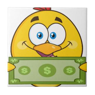 現金を握るかわいく黄色いひよこのマンガのキャラクタ タイル