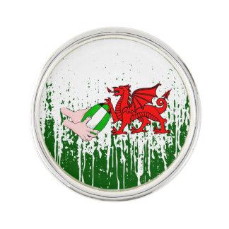 球が付いているウェールズのラグビーのチームサポータ旗 ラペルピン