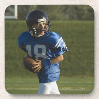 球との若いフットボール選手のランニング コースター