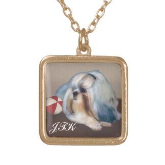 球のカスタマイズ可能なモノグラムを持つシーズー(犬)のTzu犬 ゴールドプレートネックレス