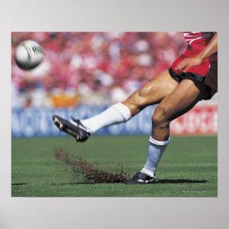 球を蹴っているラグビープレーヤー ポスター
