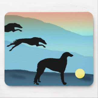 球を追跡しているボルゾイ犬 マウスパッド
