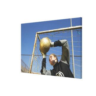 球、低い角度を握っているメスのゴールキーパー(12-14) キャンバスプリント