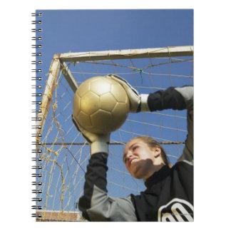 球、低い角度を握っているメスのゴールキーパー(12-14) ノートブック