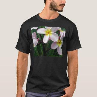 甘いピンクおよび黄色いプルメリアの花 Tシャツ