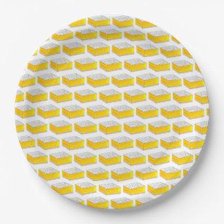 甘い黄色いレモンバーの正方形のグルメの焼いた食品 ペーパープレート