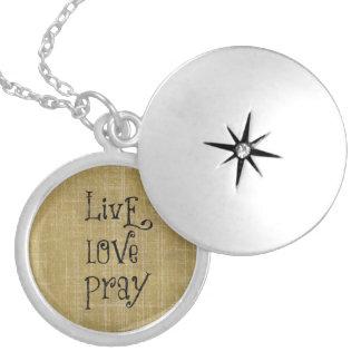 生きている愛はキリスト教の引用文の断言を祈ります ロケットネックレス