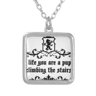 生命で階段に上っている子犬です シルバープレートネックレス