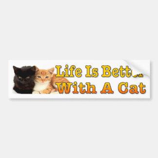 生命はかわいい子ネコを持つ猫とよりよいです バンパーステッカー