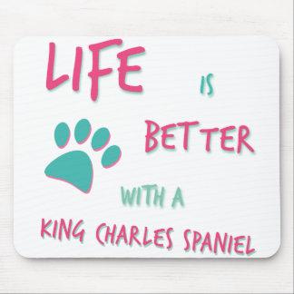 生命はよりよいチャールズ王スパニエル犬のバッジです マウスパッド