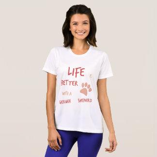 生命はよりよくジャーマン・シェパードです Tシャツ