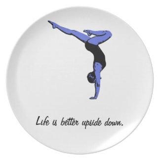 生命はよりよく逆さまのプレート-逆立ちです ディナー皿