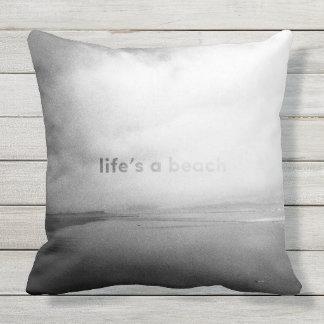 生命はビーチ-白黒印刷の写真です クッション