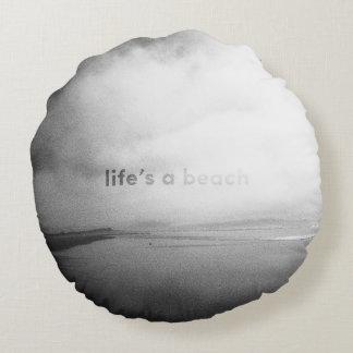 生命はビーチ-白黒印刷の写真です ラウンドクッション