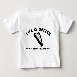 生命は中世ハープ奏者とよりよいです ベビーTシャツ