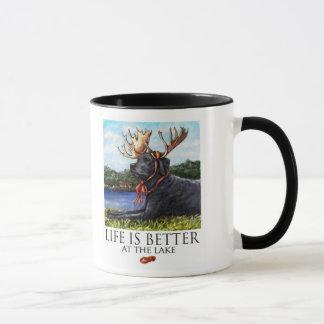 生命は湖-黒いラブラドールでよりよいです マグカップ