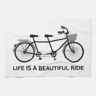 生命は美しい乗車、タンデム自転車です キッチンタオル