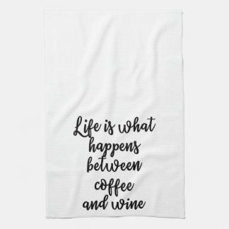 生命は起こることコーヒーとワインタオルの間でです キッチンタオル