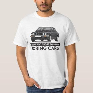 生命は退屈な車、BMW E30を運転するには余りにも短いです Tシャツ