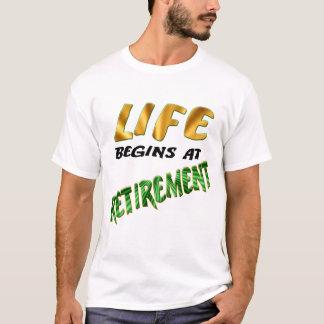 生命は退職で始まります Tシャツ