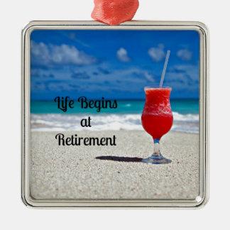 生命は退職-ビーチの霜の降りたな飲み物で始まります メタルオーナメント