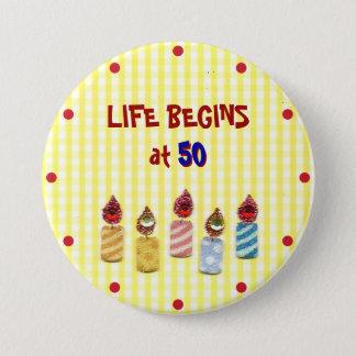 """""""生命は50""""でカラフルな誕生日の蝋燭Pin始まります 7.6cm 丸型バッジ"""