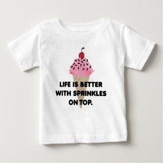 """""""生命上でよりよいですと振りかけます""""。は ワイシャツ ベビーTシャツ"""