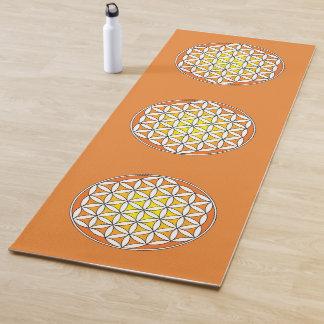 生命、精神的なデザインのオレンジおよび黄色の花 ヨガマット