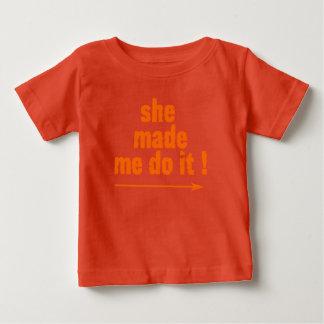 生意気な子供「彼女は私にit'Tをさせます ベビーTシャツ