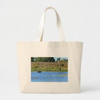 田園クイーンズランドオーストラリアを飛ばしているカササギのガチョウ ラージトートバッグ