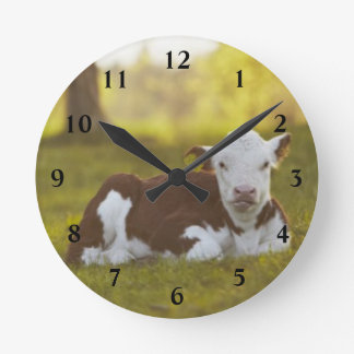田園景色で休んでいる子牛 ラウンド壁時計