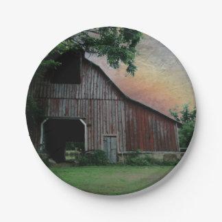 田舎日没の農場の景色の古く赤い納屋 ペーパープレート