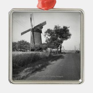 田舎道および伝統的な風車 メタルオーナメント
