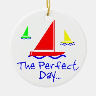 申し分のない日の帆ボート セラミックオーナメント
