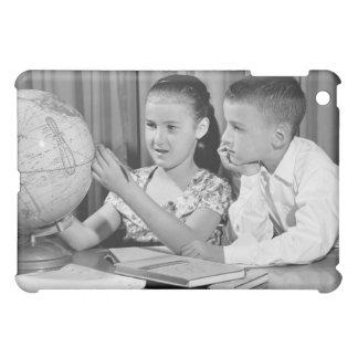 男の子および女の子の観覧の地球 iPad MINI カバー
