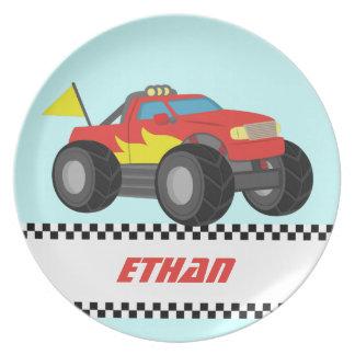 男の子のための激しく赤いモンスタートラックを、競争させます プレート