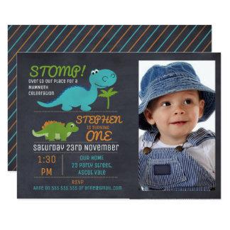 男の子の写真の黒板の恐竜の誕生日の招待状 カード
