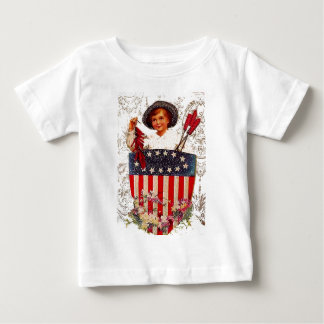 男の子の旗の7月4日のヴィンテージの愛国心が強い郵便はがきの芸術 ベビーTシャツ