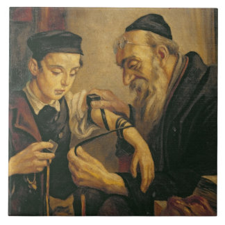 男の子の腕に聖句箱を結んでいるラビ タイル