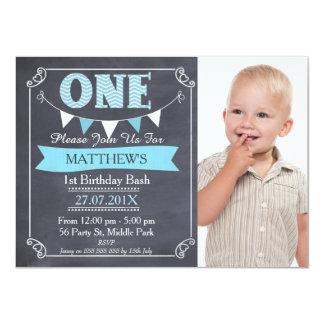 男の子の黒板の旗布の第1誕生日の招待状 カード